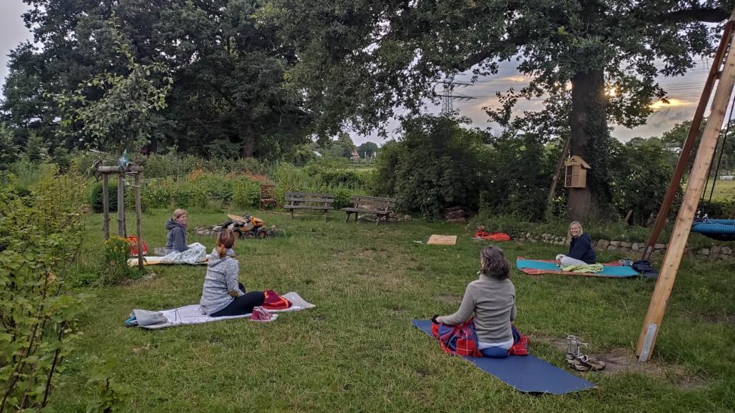 yoga-im-garten-sandra-shakta-kaur-schuh-yoga-im-hamburger-westen